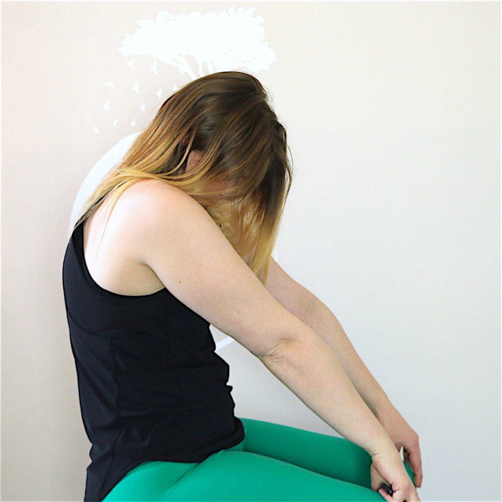 Yoga au bureau: 6 poses simples à pratiquer sur sa chaise ...